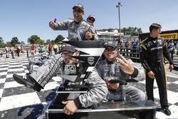 Josef Newgarden, Team Penske Chevrolet, los miembros del equipo vuelven al transportador con el trofeo, podio