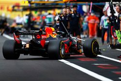 Daniel Ricciardo, Red Bull Racing RB14, regresa a pits