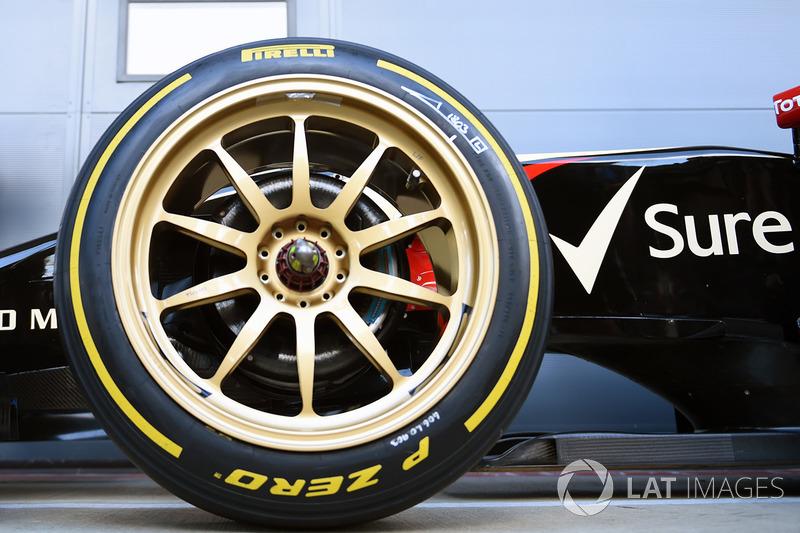 El Lotus E22 con neumáticos Pirelli de 18 pulgadas