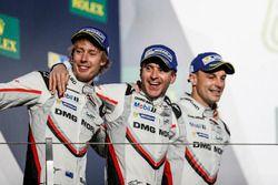 Podium : les deuxièmes, Timo Bernhard, Earl Bamber, Brendon Hartley, Porsche Team