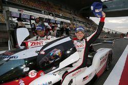 I vincitori della gara #8 Toyota Gazoo Racing Toyota TS050-Hybrid: Sébastien Buemi, Anthony Davidson, Kazuki Nakajima