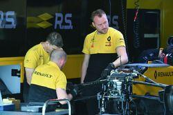 Les mécaniciens Renault Sport F1 Team travaillent sur un moyeu de roue avant de la Renault Sport F1 Team RS17