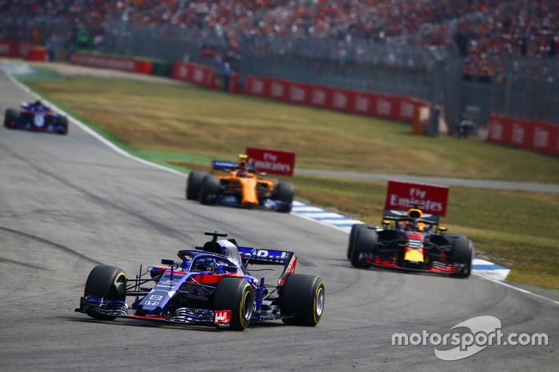 Brendon Hartley, Toro Rosso STR13, delante de Daniel Ricciardo, Red Bull Racing RB14, y Stoffel Vandoorne, McLaren MCL33