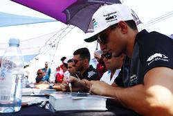 Mitch Evans, Jaguar Racing, firma autografi