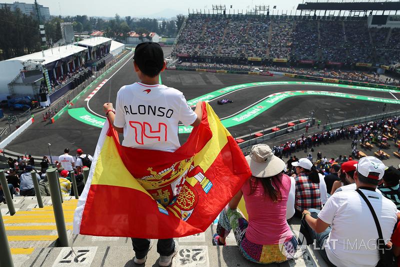Giovane fan con una bandiera e atmosfera in tribuna
