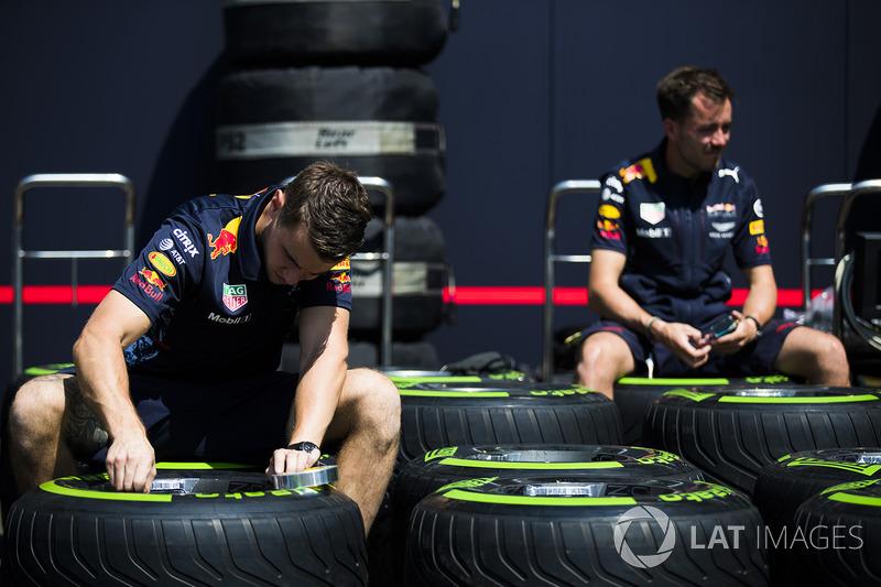 Red Bull personeli, Pirelli lastikleri