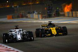 Marcus Ericsson, Sauber C37 Ferrari, en lutte avec Nico Hulkenberg, Renault Sport F1 Team R.S. 18