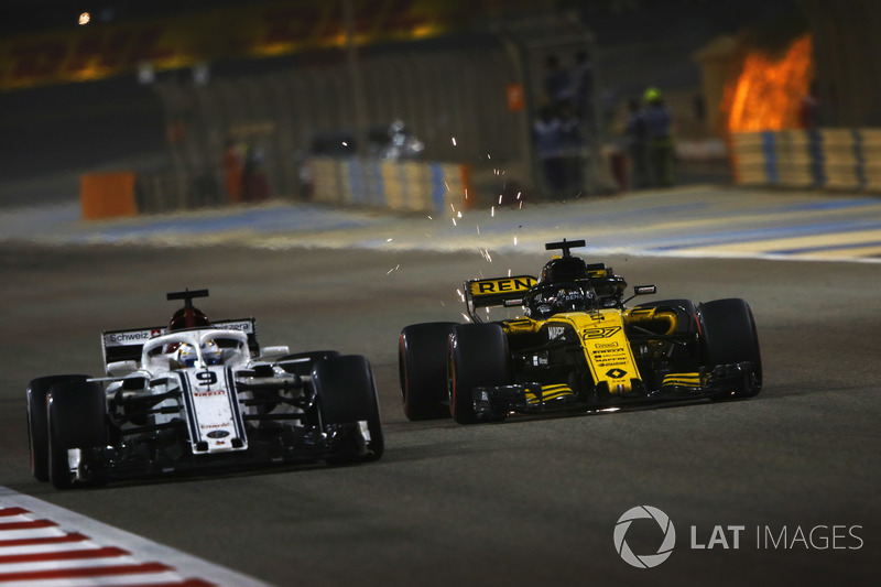 Marcus Ericsson, Sauber C37 Ferrari, battles with Nico Hulkenberg, Renault Sport F1 Team R.S. 18