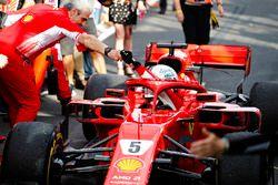 Sebastian Vettel, Ferrari SF71H, es recibido por Maurizio Arrivabene, director Ferrari, después de t