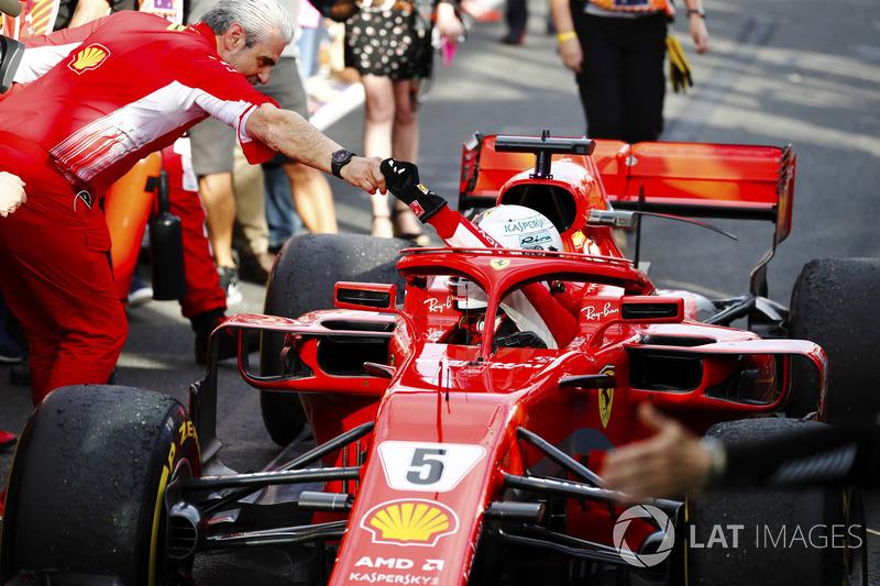 Sebastian Vettel, Ferrari SF71H, es recibido por Maurizio Arrivabene, director Ferrari, después de tomar la victoria
