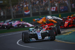 Lewis Hamilton, Mercedes AMG F1 W09, Kimi Raikkonen, Ferrari SF71H, Sebastian Vettel, Ferrari SF71H, au départ