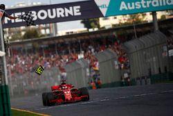 El ganador Sebastian Vettel, Ferrari SF71H bajo la bandera a cuadros