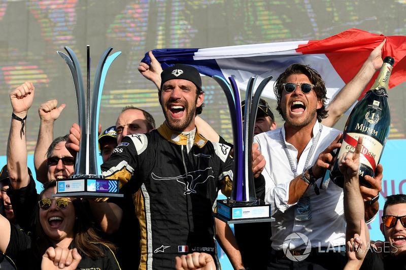 Jean-Eric Vergne, Techeetah, fête sa victoire avec son équipe sur le podium