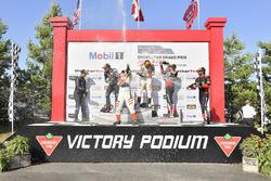 #54 CORE autosport ORECA LMP2, P: Jon Bennett, Colin Braun festeggiano la vittoria sul podio con #10 Wayne Taylor Racing Cadillac DPi, P: Renger van der Zande, Jordan Taylor, #31 Action Express Racing Cadillac DPi, P: Eric Curran, Felipe Nasr