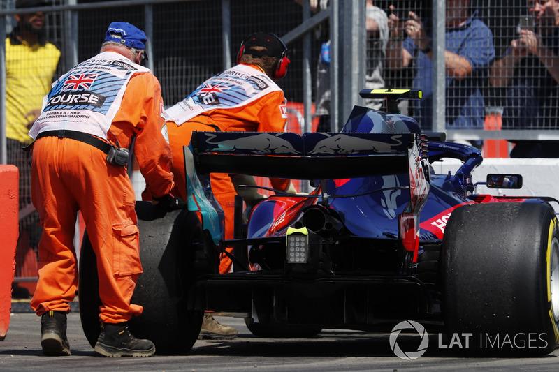 I marshal spostano la monoposto di Pierre Gasly Toro Rosso STR13
