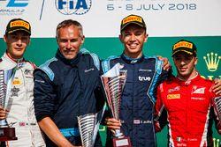 Podio: il vincitore della gara Alexander Albon, DAMS, secondo George Russell, ART Grand Prix, terzo Antonio Fuoco, Charouz Racing System