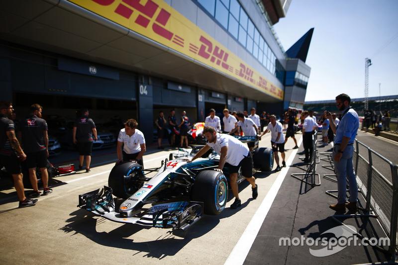 Dei meccanici AMG Mercedes spingono la monoposto di Lewis Hamilton, Mercedes AMG F1 W09