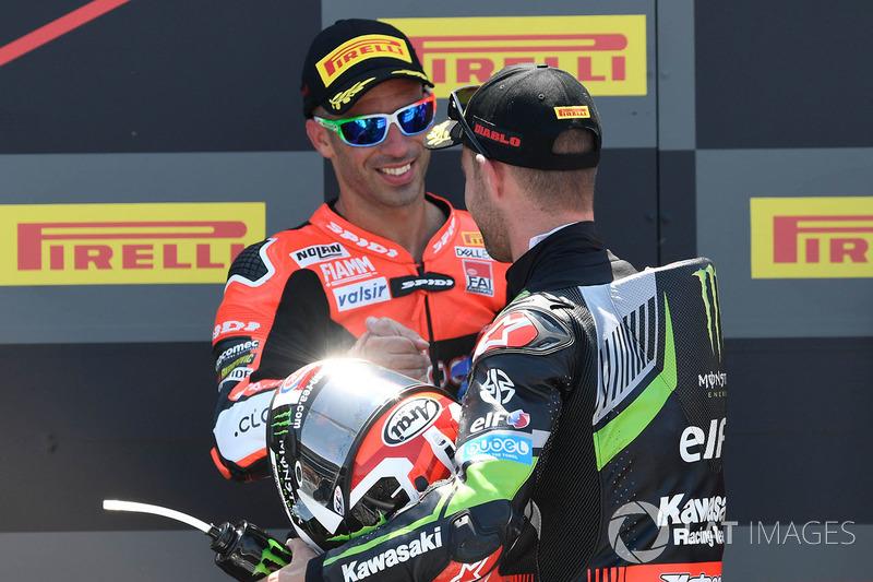 Jonathan Rea, Kawasaki Racing, saluda a Marco Melandri, Aruba.it Racing-Ducati SBK Team, en el podio. Melandri fue durante años una estrella de MotoGP y ganador de carreras,