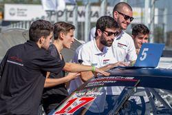 Trabajo de los ingenieros sobre uno de los autos de la Porsche GT3 Cup Trophy Argentina