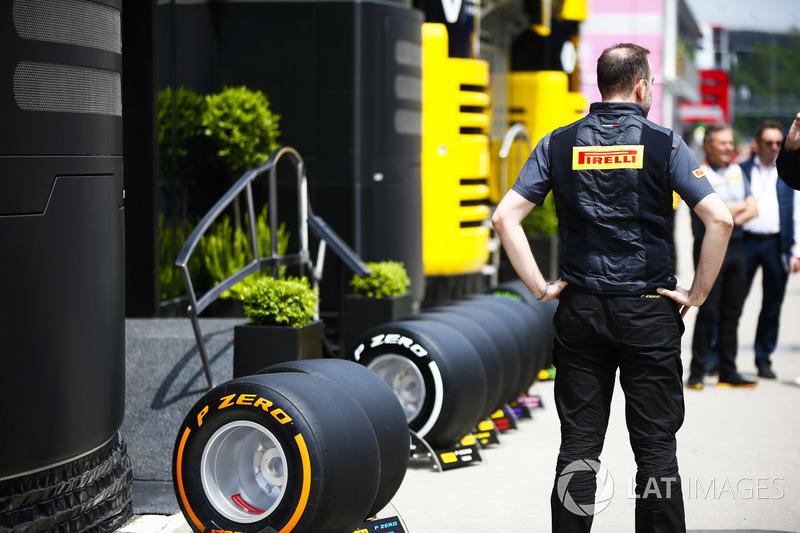 Un impiegato Pirelli accanto agli pneumatici in esposizione fuori dal motorhome