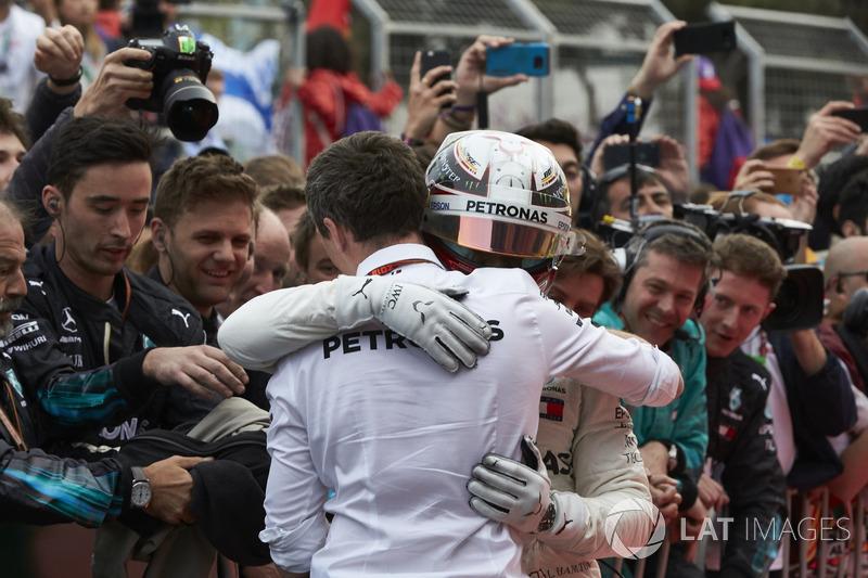 Lewis Hamilton, Mercedes AMG F1, 1° classificato, festeggia la vittoria nel parco chiuso
