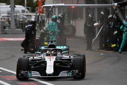 Lewis Hamilton, Mercedes-AMG F1 W09 EQ Power+, s'arrête au stand
