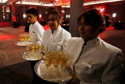 Les serveurs et serveuses servent du champagne