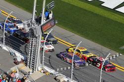 Austin Dillon, Richard Childress Racing Chevrolet Camaro, Joey Logano, Team Penske Ford Fusion and Denny Hamlin, Joe Gibbs Racing Toyota green flag start