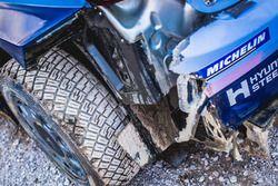 Dégât sur la voiture de Thierry Neuville, Nicolas Gilsoul, Hyundai i20 WRC, Hyundai Motorsport