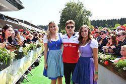 Charles Leclerc, Sauber, con delle ragazze