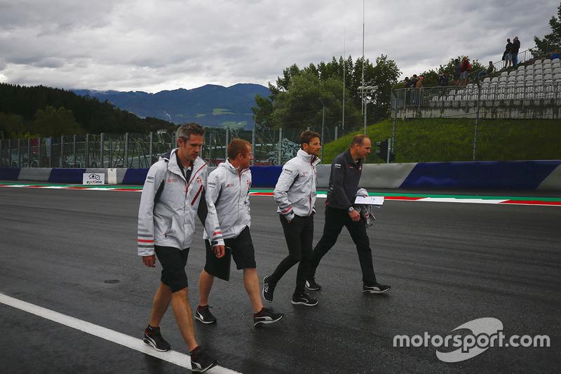 Romain Grosjean, Haas F1 Team, cammina lungo il circuito con i colleghi