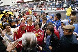 Los pilotos asisten a la reunión informativa antes de la carrera: Carlos Pace, Niki Lauda, John Watson, Jochen Mass, Emerson Fittipaldi, Vittorio Brambilla, Tom Pryce y Jean-Pierre Jarier