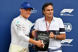 Ganador de la pole Valtteri Bottas, Mercedes AMG F1 recibe el trofeo Pirelli Pole Position de parte de Nelson Piquet
