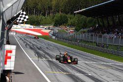 Racewinnaar Max Verstappen, Red Bull Racing RB14 wordt afgevlagd