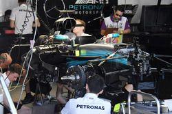 IL team Mercedes AMG F1 al lavoro sulla monoposto di Lewis Hamilton