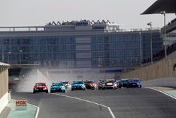 Start: Gordon Shedden, Leopard Racing Team WRT, Volkswagen Golf GTI TCR leads