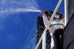 Podio: segundo lugar Valtteri Bottas, Mercedes AMG F1 celebra