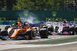 Stoffel Vandoorne, McLaren MCL33, leads Daniel Ricciardo, Red Bull Racing RB14, Sergio Perez, Force India VJM11, Esteban Ocon, Force India VJM11, Charles Leclerc, Sauber C37, and the remainder of the field at the start
