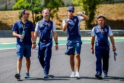 Lance Stroll, Williams Racing camina por el circuito con Luca Baldisserri, ingeniero de Williams F1