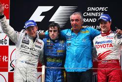 Подиум: второе место – Кими Райкконен, McLaren, победитель гонки Фернандо Алонсо,Renault F1 Team, руководитель Renault F1 Флавил Бриаторе, третье место – Ральф Шумахер Toyota