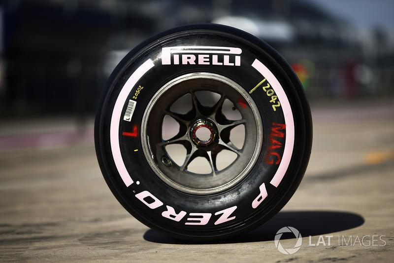 Neumáticos Pirelli con marcas color rosa en apoyo a la concienciación del cáncer de mama