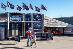 RealTime Racing Acura in de paddock