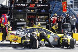 Ryan Blaney, Team Penske, Ford Fusion Menards / Pennzoil pit stop