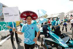Niño de la parrilla con el auto Oliver Turvey, NIO Formula E Team