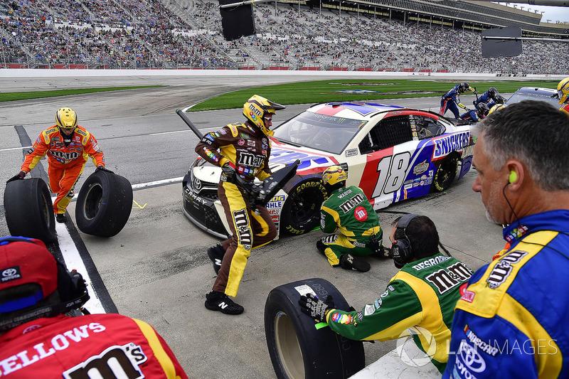 Kyle Busch, Joe Gibbs Racing, Snickers Almond Toyota Camry pits