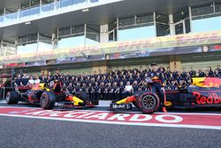 Max Verstappen, Red Bull Racing en Daniel Ricciardo, Red Bull Racing bij de teamfoto van Red Bull Ra