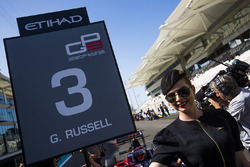 La grid girl de George Russell, ART Grand Prix