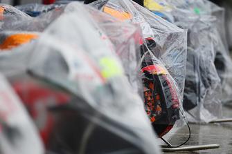 Les motos protégées de la pluie
