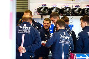 Des ingénieurs dans le garage Racing Point Force India
