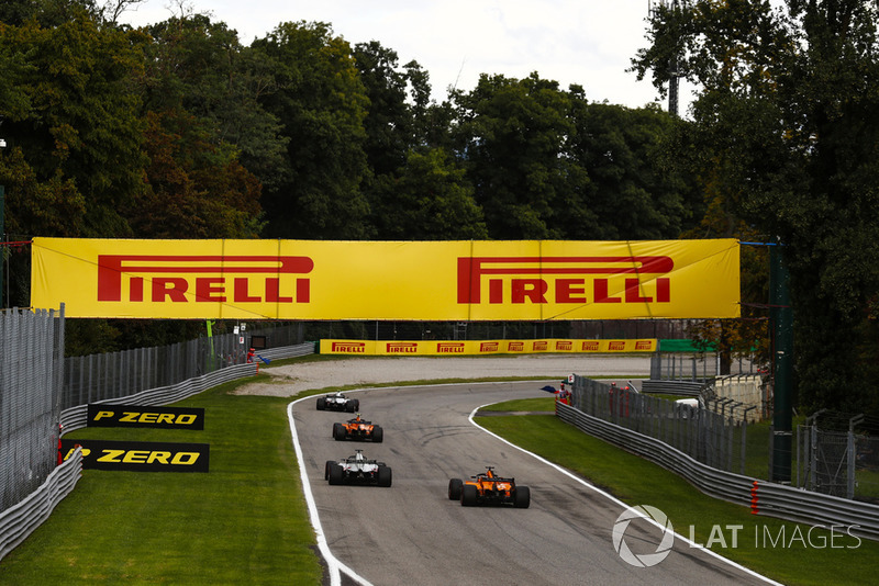 Kevin Magnussen, Haas F1 Team VF-18, Stoffel Vandoorne, McLaren MCL33, Romain Grosjean, Haas F1 Team VF-18, Fernando Alonso, McLaren MCL33
